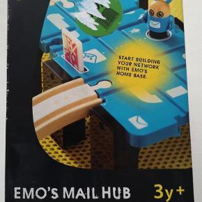 Brio network emos mail hub *NY* Brio 33285 Alder: 3+ år Helt nyt i ubrudt emballage Nypris: 399,95 kr. Pris: 250 kr. eller kom med et bud  Porto:  60 kr. som brev med PostNord  38 kr. som pakke med Coolrunner  39 kr. som pakke med G-porto (GLS) 60 kr. som pakke med G-porto (PostNord)
