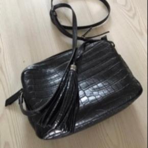 Sælger min taske da jeg har købt en ny.  Mål 23 bred, 17 høj. Købt i Illum  Kvitt haves.
