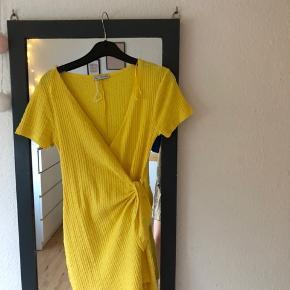 Brugt en gang. Super fed gul zara shortsdragt, den er slå om så den får lidt en kjole effekt. -Byyyd💕