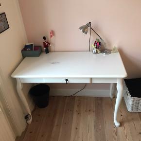 Super fint skrivebord, har en plet som ses på billede 3.  Kan hentes på Nørrebro
