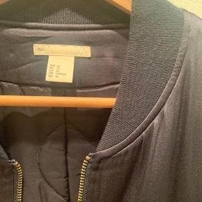 Mørkeblå silke bomber.  Oversize fit.  100%silke Linning 100%polyester  Afhentes på Frederiksberg Sendes mod betaling