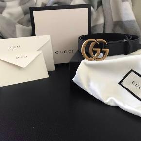Hey!  Gucci bælte str. 95cm med dobbelt g spænde. Lavet i glat sort læder og er 3cm bred. Jeg købte den d.24/03/2019 på gucci's originale hjemmeside.