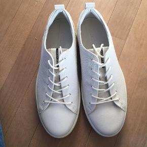 Varetype: Sneakers Farve: Hvid  Helt nye ECCO læder sneakers. Aldrig brugt. Pris: 600,-