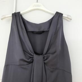 Smuk dueblå kjole fra ZARA. Str. S, men jeg bruger selv M og kan passe den. Lang, ca. 150 cm lang. Nedringet. Fejler intet og klar til brug.