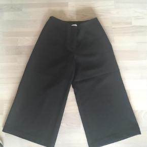 Brand:  Costummade Varetype: Knickers Farve: SORT Oprindelig købspris: 599 kr.  Brede bukser der går til  Midt på læggen i lækker kvalitet. Brugt en gang og er så gode som nye😊