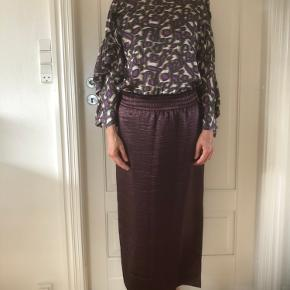 Vinrød nederdel med elastik i taljen i bedst stof Længde 86 cm