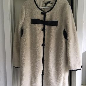 """Superlækker """"bamse"""" frakke/jakke med sorte skinddetaljer. I råhvid og med sort skind. Brugt nogle gange men superfin stand. Med tyndt bomuldsfoer.  Bud er velkomne"""