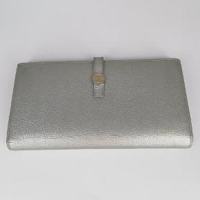 Chanel longwallet 🌸  Der er plads til kort, sedler osv 🌷  Det er en smuk sølv farve 🍂  Har meget få tegn på brug indvendig🌸  Der medfølger boks og auth kort ♻️