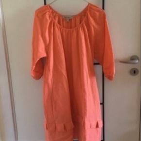 Super lækker kjole fra See By Chloe.  Farve: coral Lækkert materiale: 50 % Hør 50 % Bomuld  Angivet som str it 38 / da 34 Passer også str da 36  Farven er en flot fersken / pudder farve over i det orange.   Har kun været på 1 gang. Fejler intet.