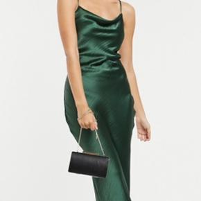 Sælger min smukkeste galla kjole💚den er kun brugt i få timer (kjolen er lagt op, da jeg er 155, men den er lagt op til at jeg kunne have 10 cm hæle på)   OBS: Fragten er ikke inkluderet i prisen🪐altid velkommen til at byde