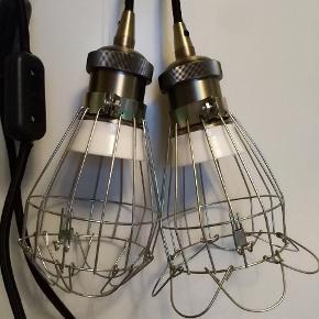 To super smukke lamper der nu skal videre ud i livet 🤸😍💃  Begge med smuk porcelænsfatning, så smuk med en glødepære i.  Med lækker sort stof ledning, afbryder og stik. Smart lille krog til ophæng. Lige klar til brug.  Sælges samlet begge to.  Kan sendes på købers regning eller afhentes på min adresse i Tilst 💞  #loftlampe #hygge #glødepære #lampe #fatning #messing #klar til brug