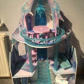 Elsa slot med møbler. Fint ispalads der passer dukker i Barbie størrelse.  Kan evt medbringes til Esbjerg eller Bramming