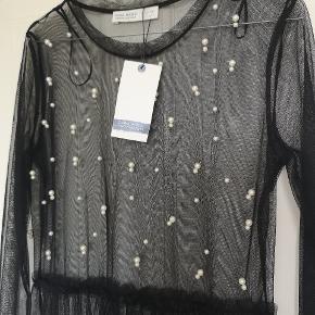Gennemsigtig kjole med perler på og skating i taljen fra Zara. Aldrig brugt. Nypris 150.  Køber betaler fragt.