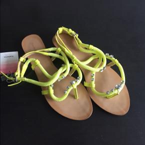Zara sandaler til salg.  Str 37.  Aldrig brugt - der er stadig prismærke på.  Ønsker ikke at bytte.  Afhentning på Frederiksberg.