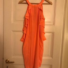 Varetype: Kjole med flæser Farve: Koral,Orange Prisen angivet er inklusiv forsendelse.  Fed kjole med flæser fra H&M, der er en lille bitte plet (ikke forsøgt fjernet) vist på sidste billede.
