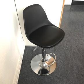 Fin barstol. Sort med chrom-ben og hæve-/sænkefunktion. Fremstår som ny, dog med én meget lille utydelig rids på sædet (se billede 3 til højre).Sælges grundet flytning.