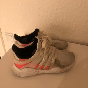 Adidas sneakers str 37 1/3 Fremstår pæne og uden huller, men trænger til at blive vasket