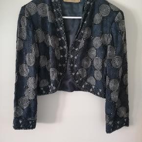 Denne helt vilde smukke cardigan er med perle mønster over det hele Den er fra mærket Eva Lie og er i str. M.  Cardiganen er brugt, men er i pæn stand.