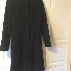 Flot sort ny frakke fra Bruuns Bazar, aldrig brugt, købt på ouletmesse til 1.500 kr, nypris 4.000 kr. Har foer som er revnet lidt i den ene side kan let syes, figursyet og slank model, knap lukning.