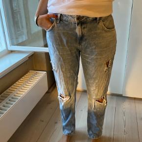 """Seje jeans fra zara med detaljer og tekst bagpå """"Today is the Day"""" 🦋"""