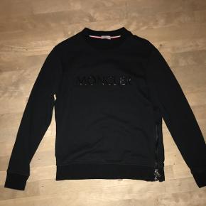 Sort moncler sweatshirt, aldrig brugt. Købt i kaufmann til 3000kr har kvittering