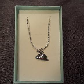 Halskæde i sølv, (925),47 cm lang, vedhæng i sølv (925), måler 1.3 X 1.6 cm. Halskæden leveres i gaveæsker og kan sendes for 10 kr med Post Nord, almenlig brev.