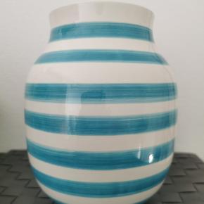 UDGÅET OG SJÆLDENT TIL SALG !!!  Super flot turkis 20 cm vase. Den har 2 små skader i kanten, som man dog dårlig kan se
