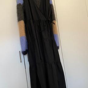 Det er kjolen der sælges og ikke strikken :)  Kjolen er fra LÏST og er stadigvæk i butikken til fuldpris