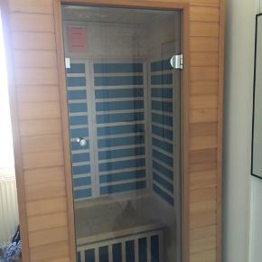 Royal 11 infrarød sauna Flot næsten ny da den ikke er brugt mere end max 20 gange. Mål L100xB95xH 195cm  Nypris 10995,- Nem at samle og skille da den hængsles sammen. Skal afhentes i Solrød
