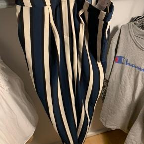 Sælger disse bukser fra Selected femme.  Aldrig gået med..  Nypris 250kr - BYD   Prisen er uden fragt