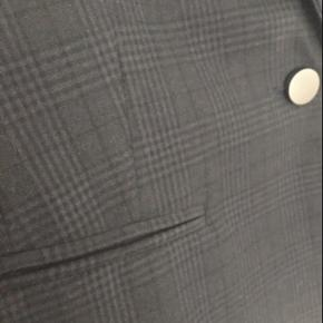 Virkelig smuk jakke i det flotteste blå/sort tern.  Har bukserne til i str. M