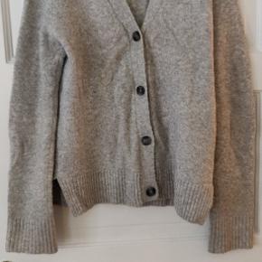 Varm trøje med lid uld i. Ekstra lange ærmer. Perfekt til vinterbrug. Forhandler glædeligt om pris. Giv et bud