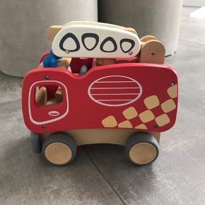 Brandbil i træ m. brandmand. Er som ny, har mest stået til pynt. Af mærket BR.