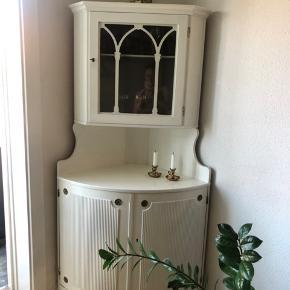 Sælger dette søde vitrine skab. Det kan deles i to og skal bæres ned fra fjerner sal. Der er gået et stykket af træet af på listen (kan ses på billedet). Nøgle til nederste del har jeg aldrig haft men der er nøgle til den øverste del. Skabet skal afhentes i Kbh NV :)