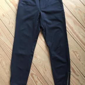Varetype: Bukser Farve: Blå Oprindelig købspris: 400 kr.  Super flotte bukser i mørkeblå, aldrig brugt. Kom med et bud