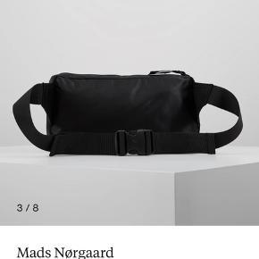 Denne fine skuldertaske fra Mads Nørregaard sælges. Standen er som ny.