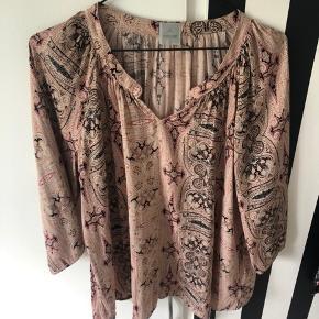 Flot skjorte i lækkert let materiale med 3/4 ærmer. Rosa og sorte nuancer