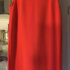 super flot festkjole fra Ichi i str. L, med en flot ryg, med et stykke bart på ryggen - gemt lidt under den fine detalje på kjolens bagside. i farven koral (rød/orange) 97 polyester 3 % elastan næsten som ny bud fra 275 kr + evt. forsendelse  *Handel kan foregå kontant, via TS, bankkonto & Mobilepay*