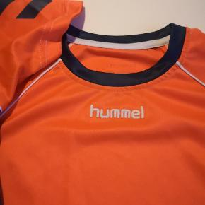 2 Hummel sports t-shirt  Den ene med små brugs mærker  Prisen er for begge