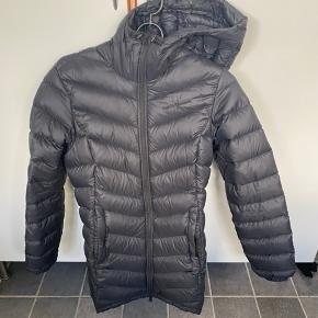 Peak jakke sælges da jeg ikke kan passe den efter graviditet :(  Brugt 3 gange og så blev maven for stor.  Fremstår som ny.   Bud modtages og jeg bytter ikke.