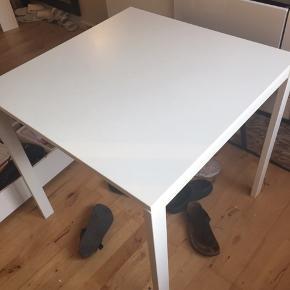Lille revne i det ene hjørne af bordet (ses på billede nr 2)