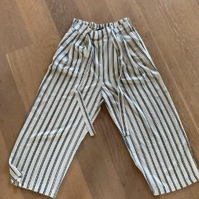 Super fede 3/4 bukser fra Zara i flot beige med mørkeblå og sølv striber. Str. Small, størrelsessvarende.