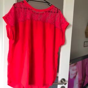 Virkelig smuk og farverig rød t-shirt 👚😍 Fra H&M Str. Tror det er 42/XL