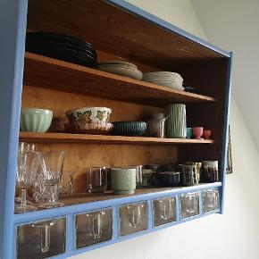 Rigtig flot ældre Københavnerskab / hængeskab / køkkenskab malet i flot blå farve. Det har almindelige brugsspor, men er i flot stand og meget solidt. Skufferne er af plastik.