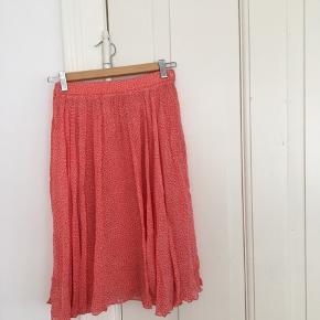 Fin plisseret vintage nederdel. Pæn stand, foret er gået op i den ene side, men det kan ikke ses og ellers hurtigt sys.