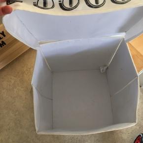 Opbevaringskasse med komfur print.  Kan foldes helt sammen.   Fin stand, trænger dog til en klud