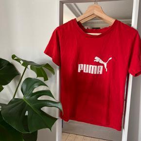 Retro T-Shirt fra Puma. Købt i Episode. Der er nogle små huller under ærmerne, der nemt kan laves. Ellers rigtig fin stand ✨