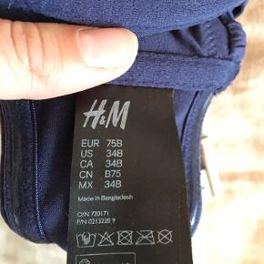 Mørkeblå bikinitop fra H&M i str. EU 75B. Har aldrig fået den brugt, så den er så god som ny🌱  Sendes på købers regning♻️