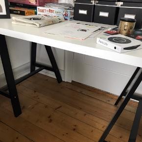 Hvidt skrivebord med ben fra IKEA. Har et par ridser.