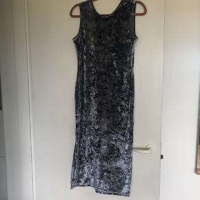 Virkelig flot velour kjole som skifter farve alt efter lys, med dyb ryg og slids i siderne. ✨